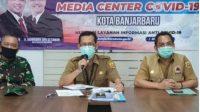 Teks foto Juru bicara Gugus Tugas Percepatan Penanganan (GTPP) COVID-19 Kota Banjarbaru Rizana Mirza (tengah)